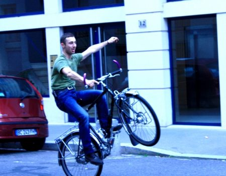 Yoann essaie son vélo avant de partir en Russie.